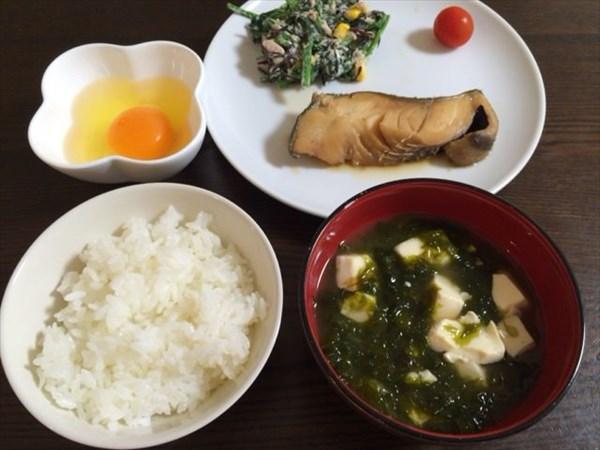 ご飯とアオサの味噌汁と煮魚と生卵