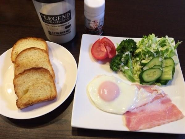 パンとベーコンエッグとプロテインとメタバリアスリム