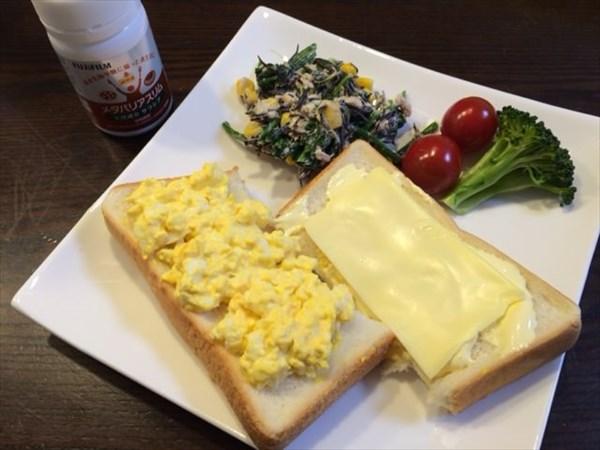 スクランブルエッグとチーズをのせた食パンと野菜とメタバリアスリム