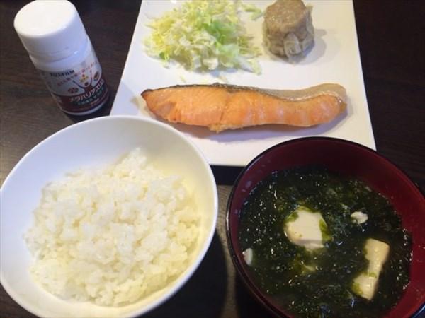 ご飯と味噌汁と焼き鮭とシュウマイとメタバリアスリム