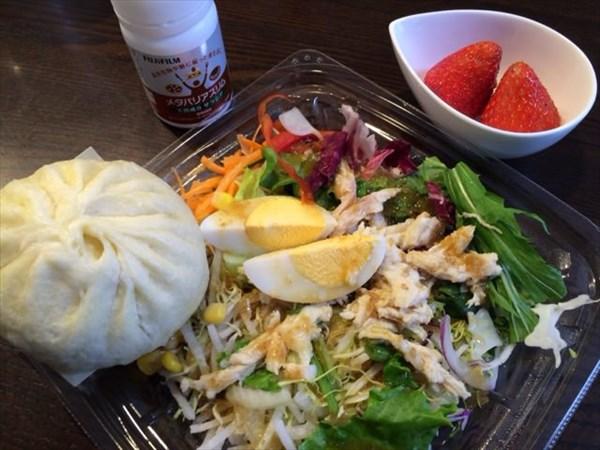 蒸し鶏のサラダと551蓬莱の肉まんとイチゴとメタバリアスリム