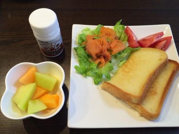 食パンとスモークサーモンサラダとメロンとメタバリアスリム
