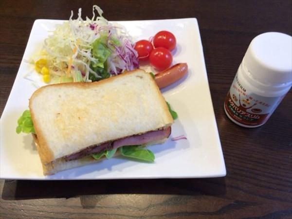 パストラミビーフサンドと野菜サラダとメタバリアスリム