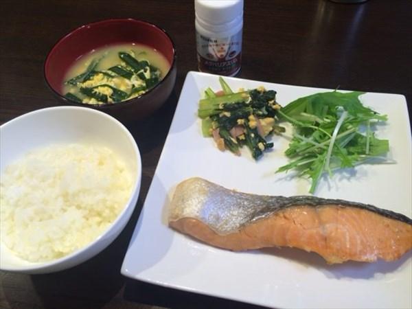 焼き鮭とにら玉子スープと白ご飯とメタバリアスリム
