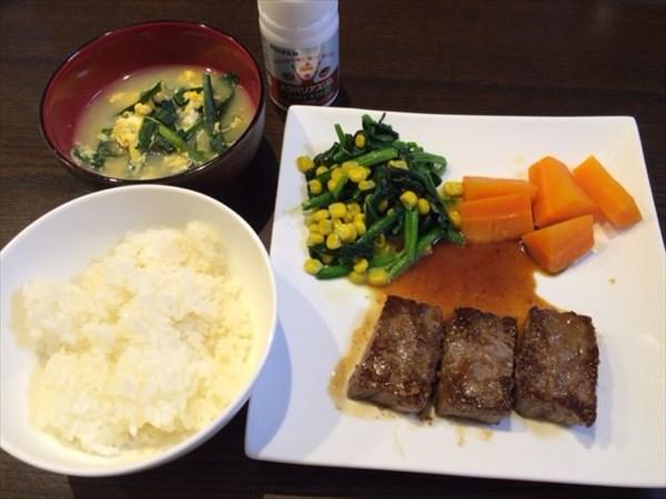 牛ステーキ3枚と白ご飯とにら玉子スープとメタバリアスリム