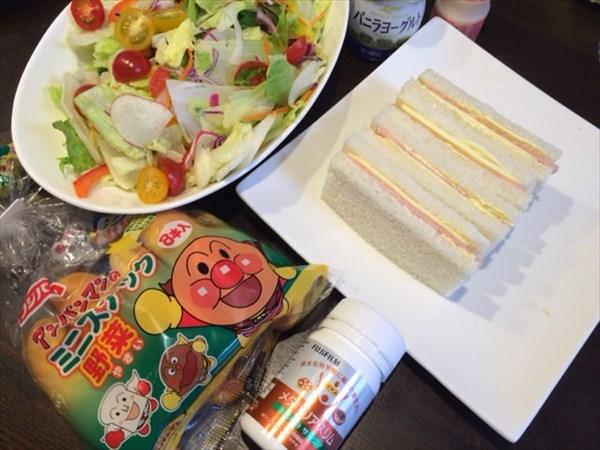 野菜サラダとハムチーズサンドウィッチとメタバリアスリム