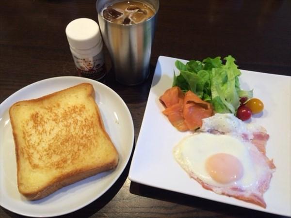 トーストとベーコンエッグとアイスコーヒーとメタバリアスリム