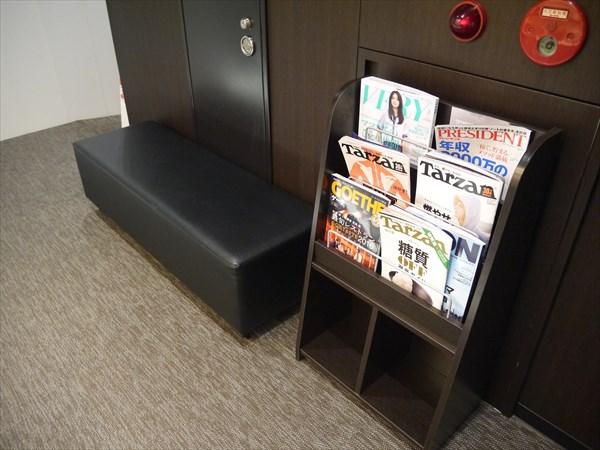 雑誌が置いてあるウェイティングスペース