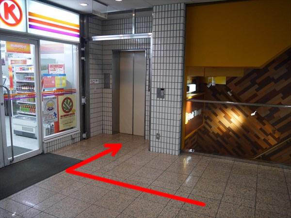 ビルのエレベーター前