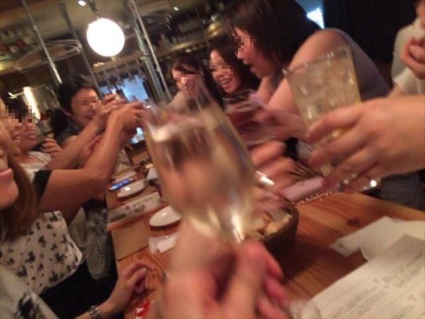 二次会での乾杯の様子