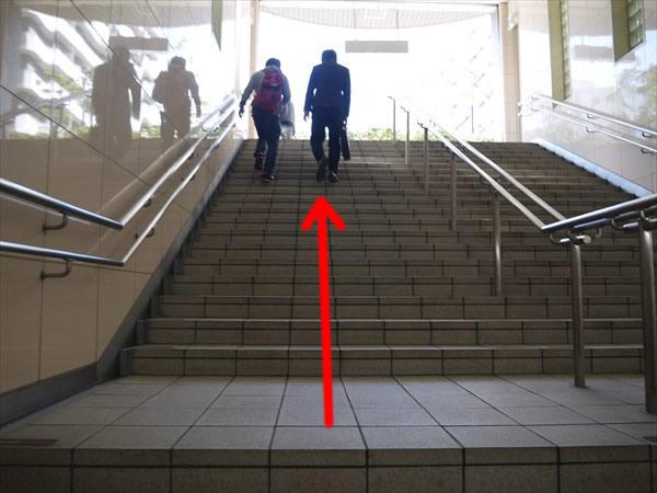 南出口へと続く階段