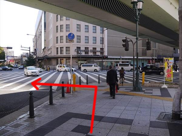 交差点に出たら左方向へ