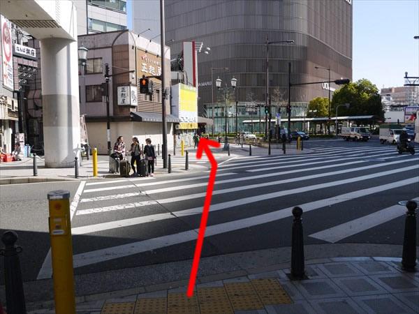 この横断歩道を渡って直進
