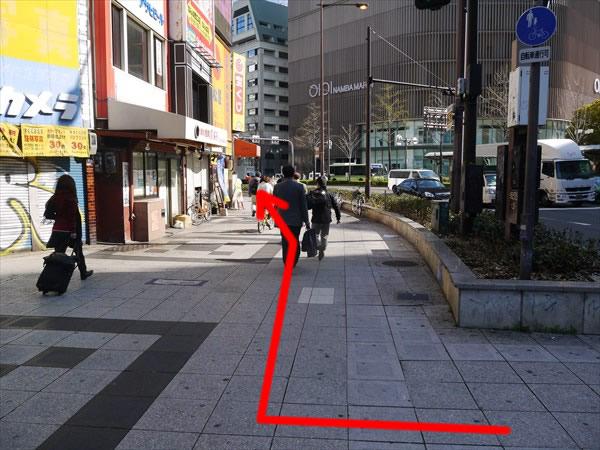 歩道を道なりに進む
