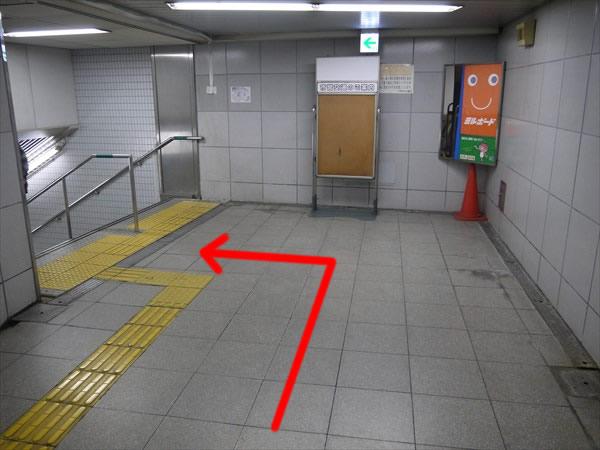 左にある階段へ
