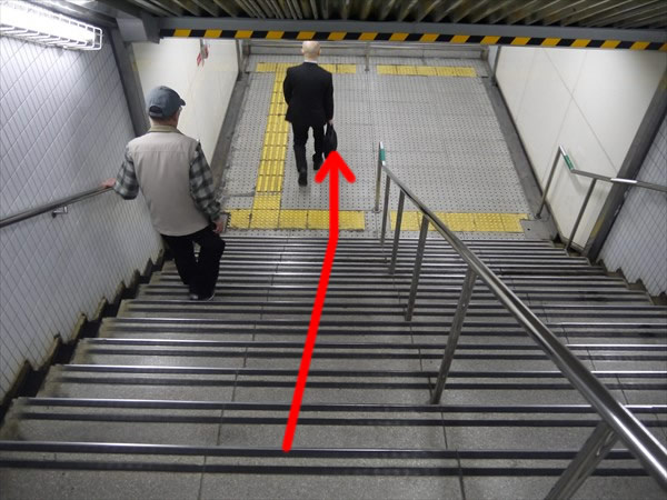 階段で下りる