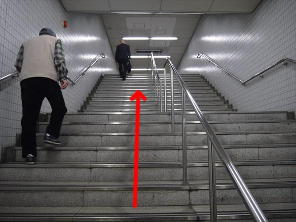 階段で上る