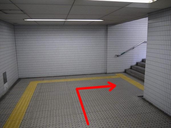右にある階段へ