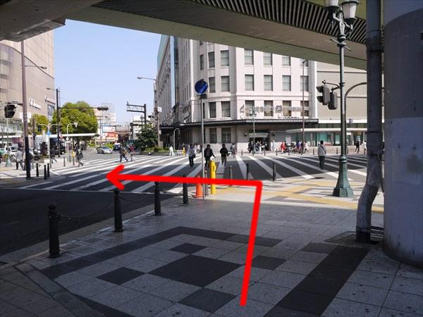 横断歩道に出たら左方向へ