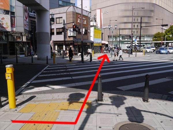 横断歩道を渡って向こう側へ