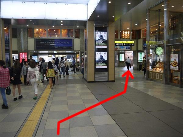 右斜め前方の階段に向かって歩く