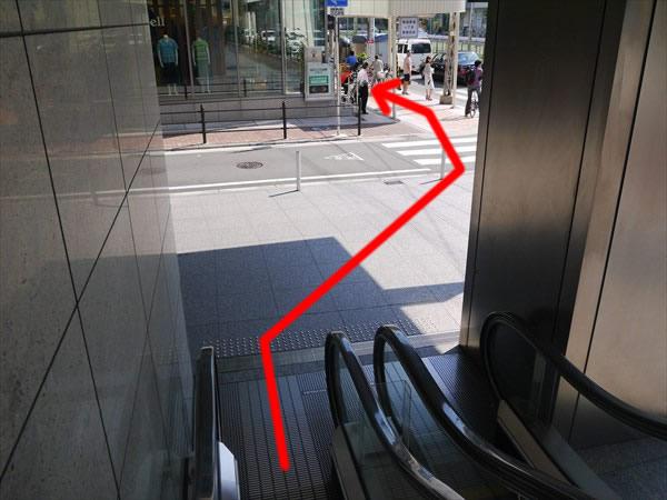 エスカレーターを降りたら横断歩道を渡る