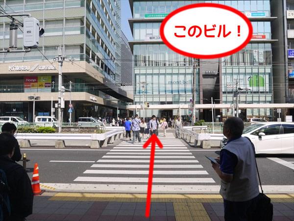 横断歩道を渡る