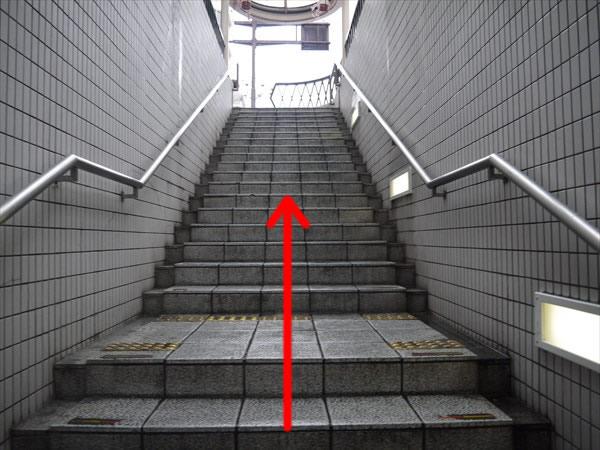 階段を使って地上へ