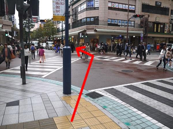 スクランブル交差点を反対方向へ