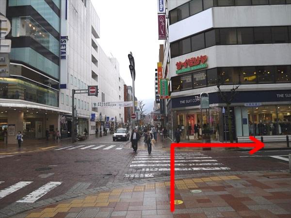 左前方に伊勢丹が見える交差点を右方向へ