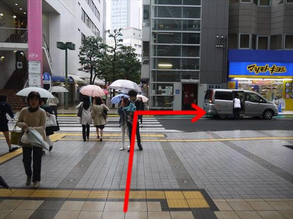 横断歩道を渡って右方向へ