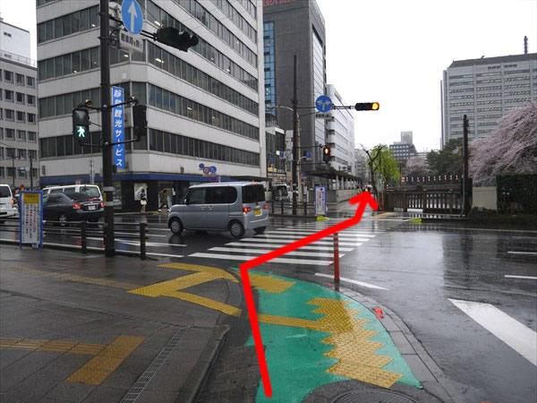 信号のある横断歩道を渡って直進