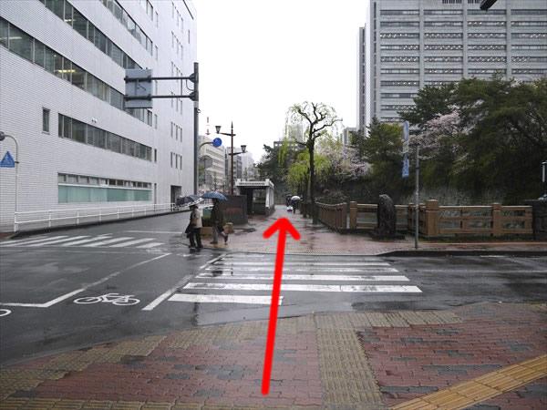 信号のない横断歩道を渡って直進