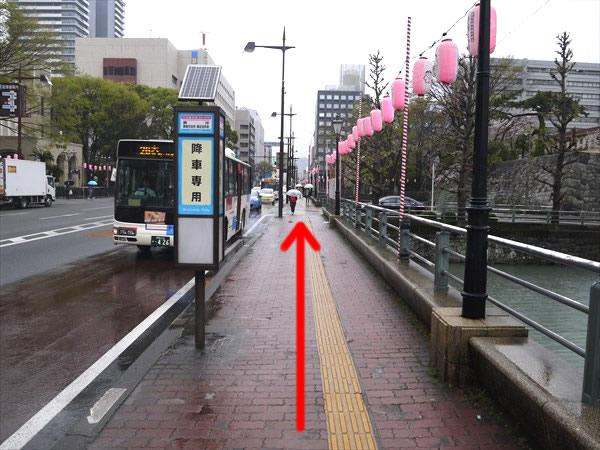 降車専用バス停横を直進