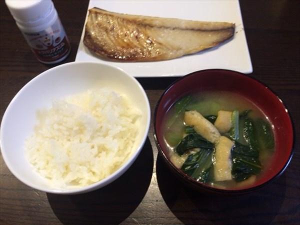 さばの塩焼きとご飯と味噌汁とメタバリアスリム