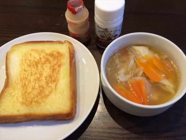トーストと餃子スープとヤクルトとメタバリアスリム