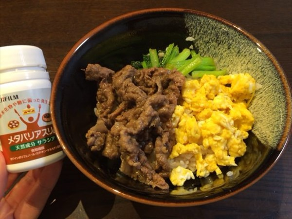 牛肉と卵と小松菜の3食丼