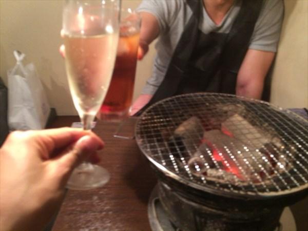 友人と焼肉屋で乾杯!