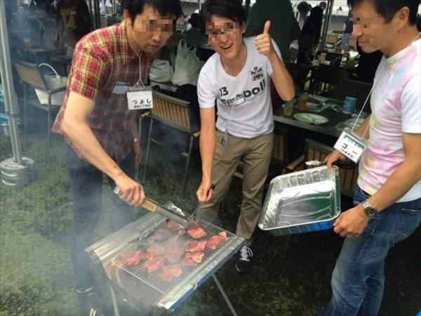 肉を焼き始める参加者たち