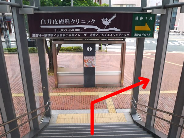 階段を下りたら右方向へ