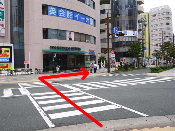 スクランブル交差点を渡って右へ