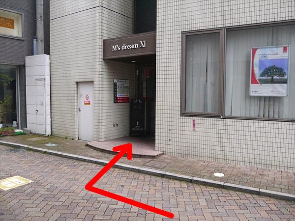 店舗のあるビルの入り口