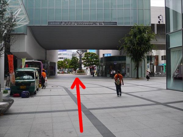 新浜松駅の高架下を潜り抜ける