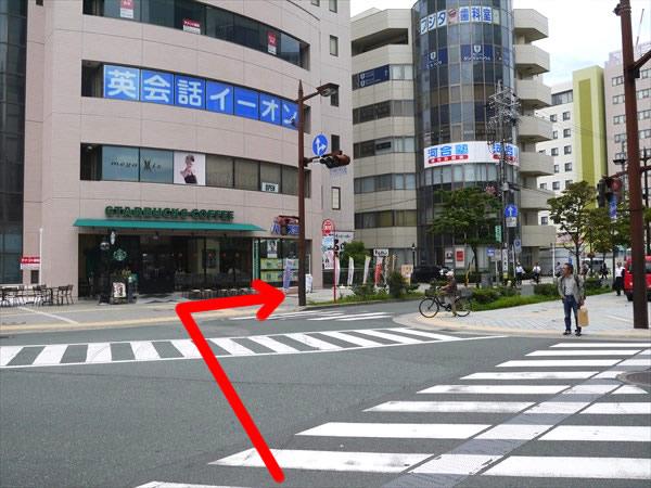 交差点を渡ってスタバ前を右方向へ