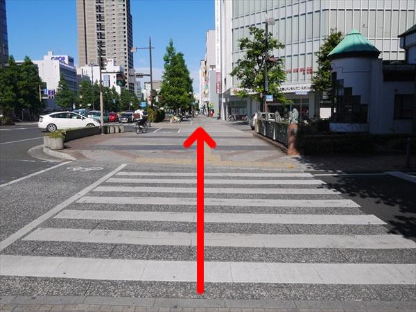 信号のない横断歩道を渡る