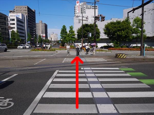 一つ目の横断歩道を直進