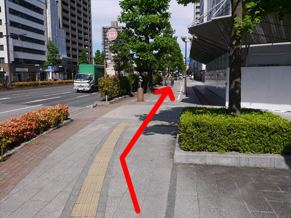 歩道を道なりに歩く