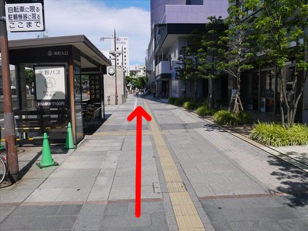バス停を通り過ぎる