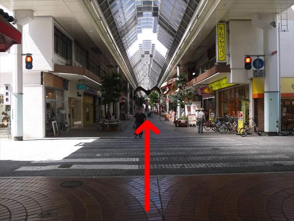 信号のある横断歩道を直進