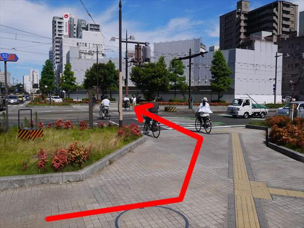 左の横断歩道を渡る